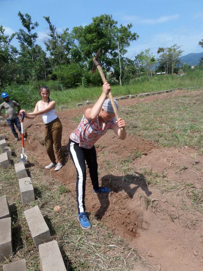 une volontaire internationale en pleine fouille après quelques jours d'apprentissage
