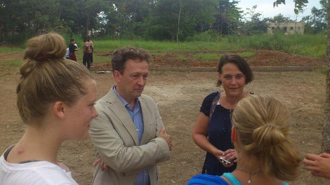 Entretien entre la délégation de la GIZ et les volontaires sur le camp chantier