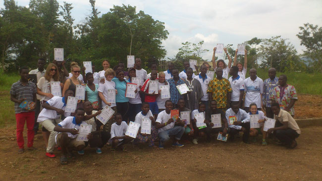 Photo d'ensemble des volontaires nationauax et internationaux avec leur attestation de participation au Camp Chantier International Sport et Développement, Kpalimé ETE 2015