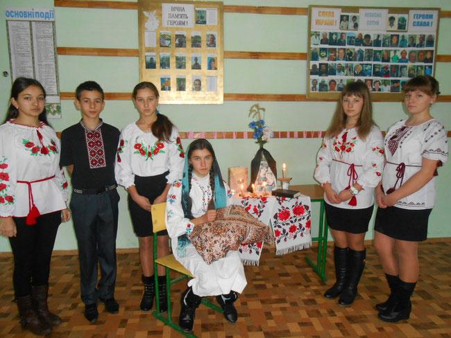 «Стоїть в скорботі мати-Україна»