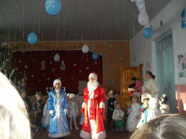 Дід Мороз та Снігуронька завітали в ДНЗ привітати дошкільнят з Новим роком.
