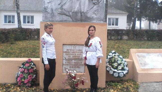 З нагоди Дня визволення України від фашистськіх загарбників учнями НВК покладено квіти до підніжжя памятника  загиблим воїнам - односельчанам
