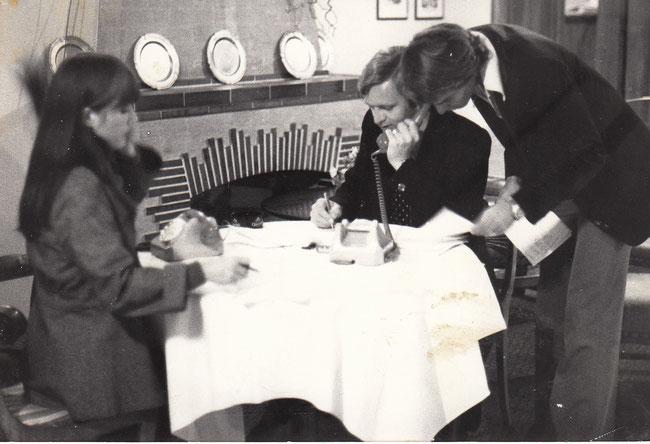 """Erinnerungssbild: Livesendung aus dem Hotel """"Pfauen"""": Antoinette Hofmann, Fridolin Hauser und Kurt Zurfluh (stehend). (Foto:IRG)"""