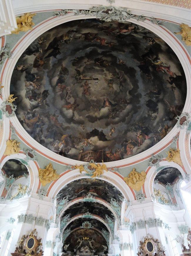 Die herrliche Kuppel mit den Heiligen und Seligen