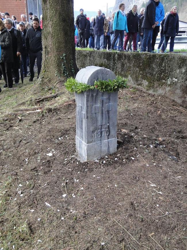 ... wie Phönix aus der Tasche oder befreit von Kompost und Tannenchriis steht der vierte Gedenkstein wieder da.  (Foto: Markus Hauser, Zug)