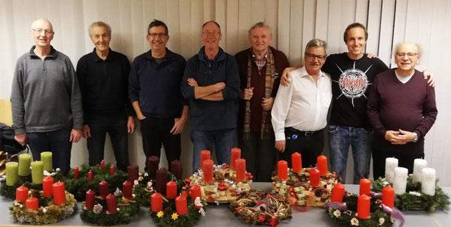 Acht Kranzner - elf Adventskränze! vlnr Albert Ackermann, Josef Fischli, Albert Trinkler, Guido Rusterholz, Fridolin Hauser, Hans Widmer, Christian Widmer, Martin Böni. (Foto: A.  Ackermann)