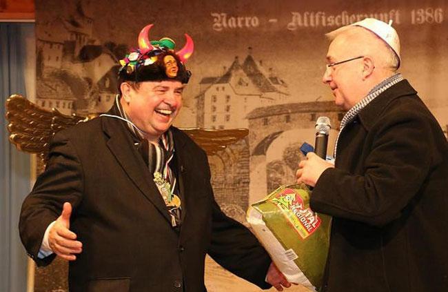 """Nicht in """"""""Fridolinsfestmontur"""", aber der Nachwelt festgehalten als """"Fasnächtler"""" sind Pfarrer Klaus Fietz (Teufelchen) und Münsterpfarrer Peter Berg (Papst). Peter Berg fehlt nur noch der Vatikan, den """"Petersplatz"""" (beim Pfarrhaus) hat er schon."""