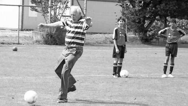 """Franz Hauser, *unser Franz"""", unser """"Kaiser Franz"""" des Glarnerischen Fussballs, mit 80 Jahren nach wie vor dribbelnd und trickreich am runden Leder  (Foto: Archivbild Südostschweiz-Glarus, 2006)"""