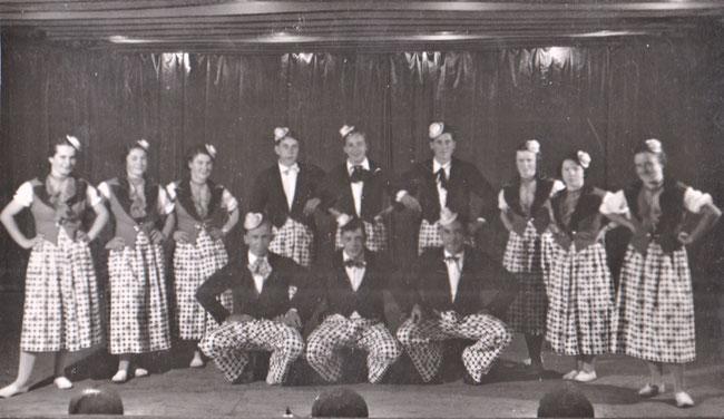 Archiv Urs Amacher: Mitte kauernd Hans Landolt-Schlittler, späterer Oberturner, hinter ihm Martin Müller, Schützenhof, das dritte Mädchen von links ist eine Tochter von Kaspar Landolt, Davichäpp.