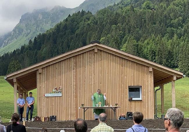 """Dekan / Pfarrer Harald Eichhorn zelebriert vor dem neuen Gebäude den Oberseegottesdienst, das """"Alpäsägnä"""" und segnet auch die neuen Gebäulichkeiten ein. Leider für  ihn zum letzten Mal, das er ins Chorherrenstift Beromünster als Probst berufen wurde."""