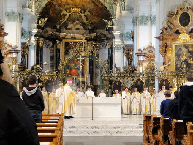 Bischof Markus Büchel beim Beweihräuchern des Alters.