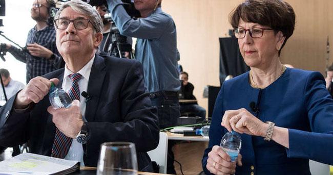 Über daas abä nämmer äis!  VR-Präsident Schwaller und Konzernchefin Ruoff. (Quelle:www.srf.ch/news/schweiz/post-verdient-2017-weniger-ruoff-ohne-postauto-ag-waeren-zahlen-auf-vorjahresniveau )