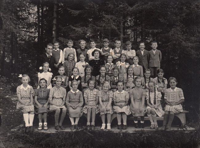 Seine Schulklasse bei Lehrer Emil Feldmann, seinem Onkel. Fritz Feldmann ist der hintersten Reihe ganz rechts.