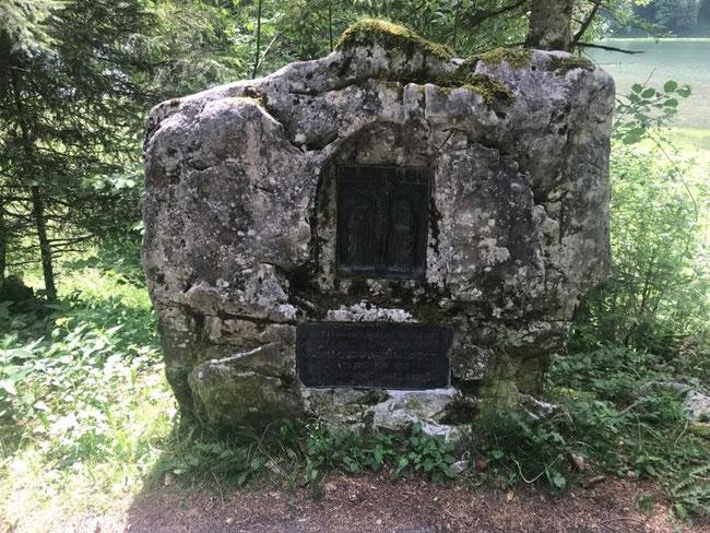 Dieser Gedenkstein mit zwei Bronzetafeln erinnert an die Tragödie am Pfingstmontag 1931.