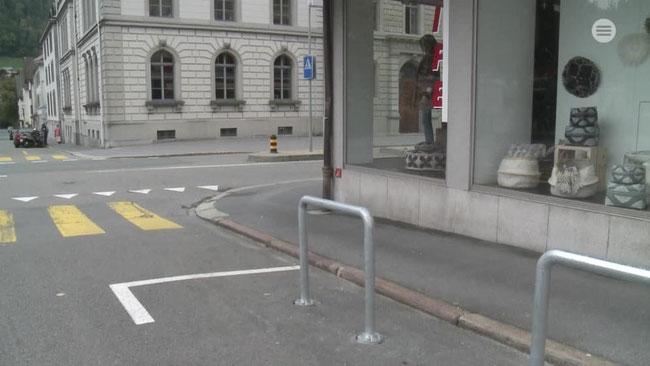 Velobügel auf bisherigen Autoparkplätzen. (Foto: Südostschweiz Glarus)