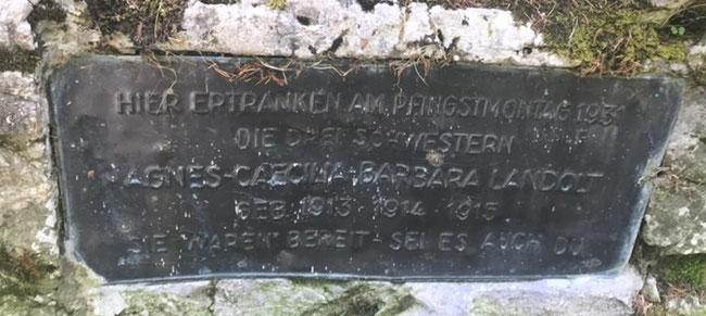"""Bronzetafel vergrössert: """"Hier ertranken am Pfingstmontag 1931 die drei Schwestern Agnes, Cäcilia, Barbara Landolt, geb. 1913, 1914, 1915. Sie waren bereit - sei es auch du."""""""