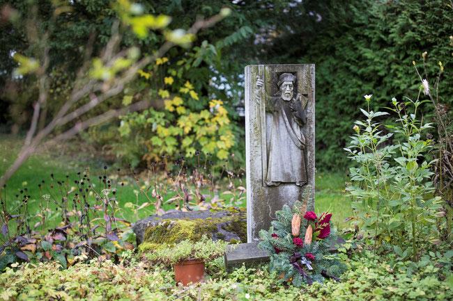 """Der einstige Grabstein steht als Erinnerung im Garten des """"Linthhofs"""" in den Mühlhäusern Näfels."""
