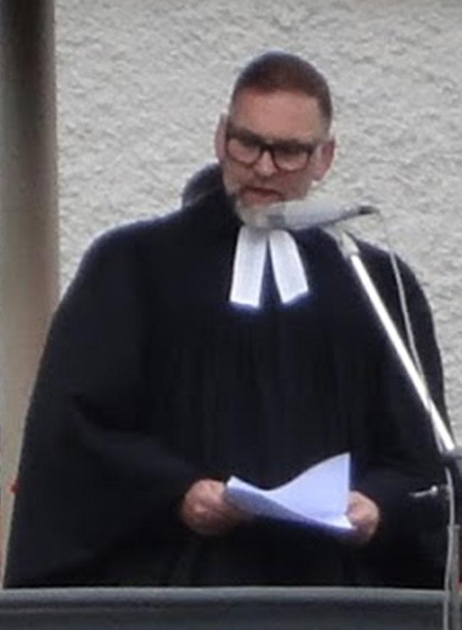 Pfarrer Christoph Schneider,  sprach zwischen Schalk und Ernst, Gegenwart und Vergangenheit,  Alltag und biblischer Botschaft. (Fotoausschnitt: Markus Hauser, Zug)