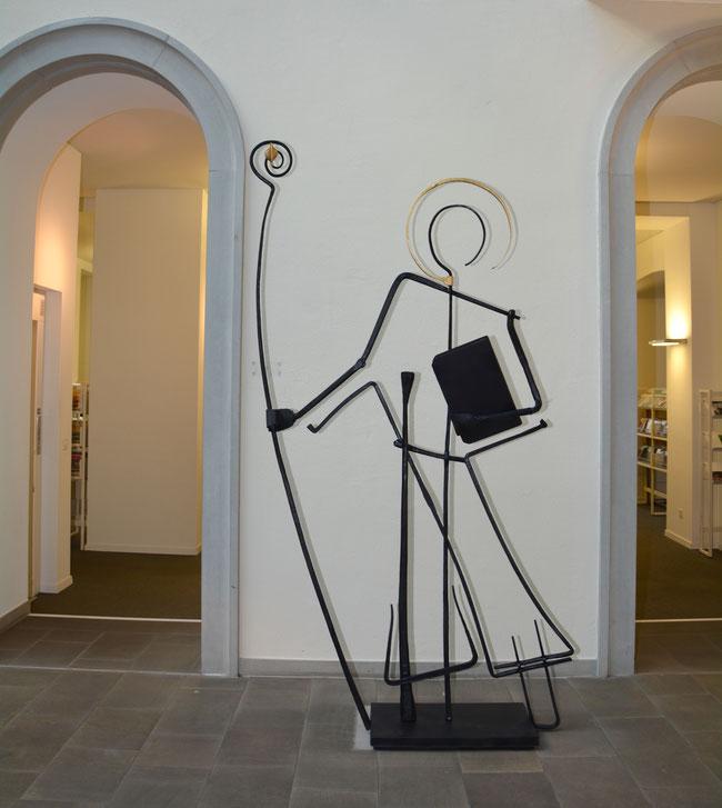 """Die ganz spezielle Aufnahme!  Der eiserne  Fridolin passt wie angegossen in die """"Landschaft"""" der Landesbibliothek. (Foto: Suisanne von Dach)"""