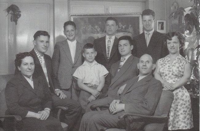 Familie Jutzeler 1958: v.l.n.r.  Olga Jutzeler-Frick, Paul, Bruno, Werner, Hans, Peter, Beda Jutzeler-Frick, Beda und Olgy. (Foto: Familienarchiv Jutzeler)