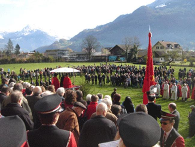 Landammann Dr. Rolf Widmer begrüsst das Fahrtsvolk mit einer staatsmännischen Rede. (Foto: Sasi Subramaniam/Südostschweiz Glarus)