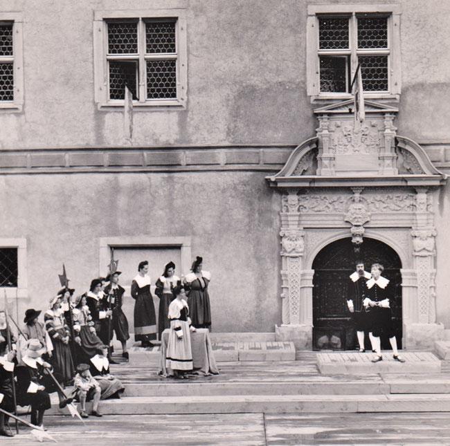 Archiv Urs Amacher: 1942 wurden Festspiele vor dem Portal des Freulerpalastes aufgeführt. Der Erlös ging an die Renovation des Palastes.