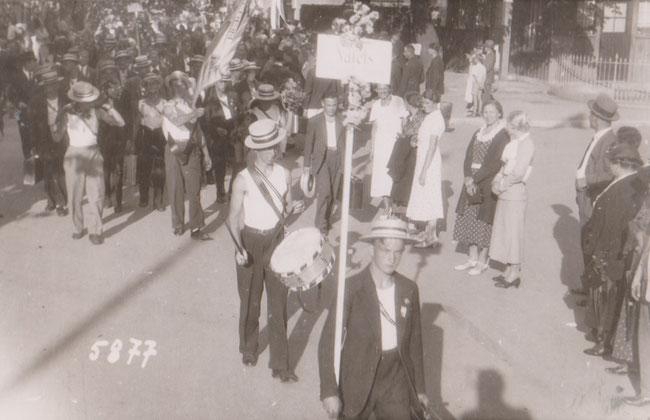 Archiv Urs Amacher: Just im Hintergrund der Vortragetagel in grauem Anzug Richard Galli, Bäcker, Oberturner und späterer Schulpräsident