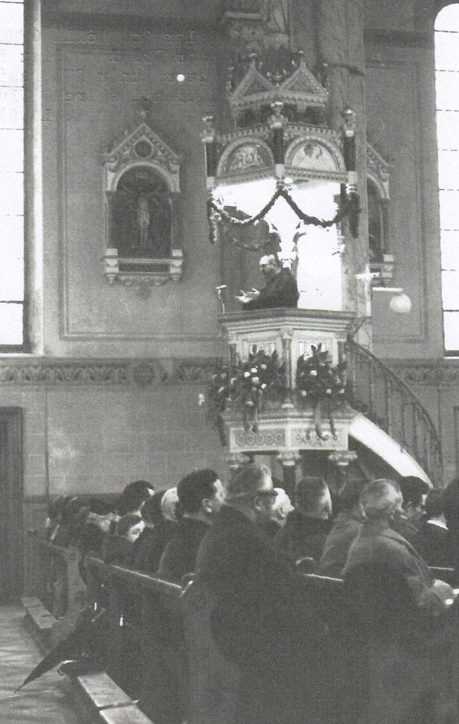 P. GIslar Schmuckli OFMCap auf der Kanzel der Laurentiuskirche Flums bei seiner Primizpredigt für Coucousin Victor Buner (Bild: Fotokopie aus dem Archiv von Victor Buner)