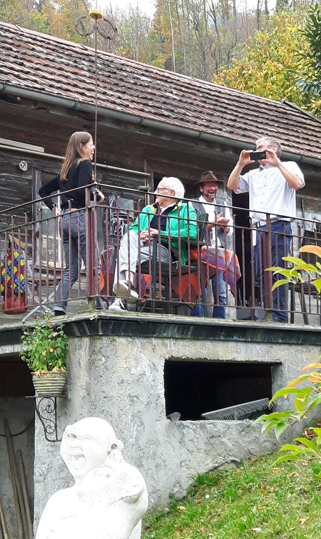 """Heitere Festlaune auf dem Balkon, Fototermin, unten eine der eingeweihten Figuren beim Haus von """"Herbi""""."""
