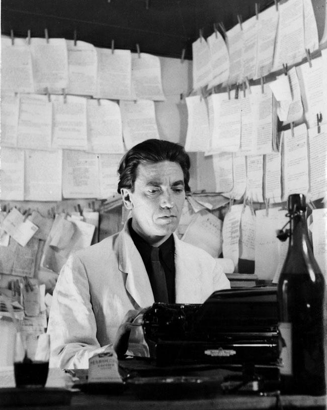 Ludwig Hohl an der Schreibmaschine: (Quelle: www.infoclio.ch/en/node/129237)