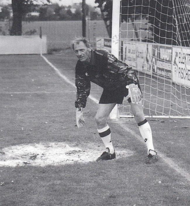 57-jährig, aber konzentriert und sprungbereit wie vor vielen Jahre: Willi Niederer im Goal!