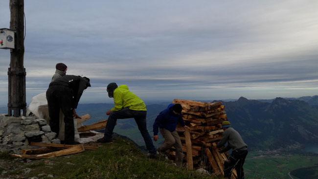 Die Holzhaufenbauer an der Arbeit