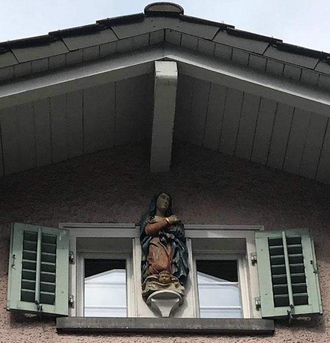Die Madonna im obersten Kreuzstock.