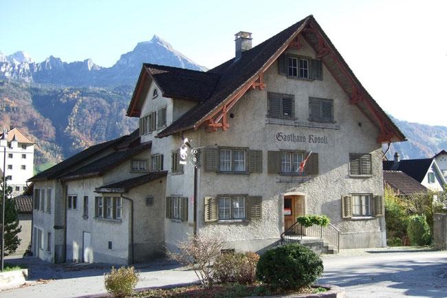 "Gasthaus ""Rössli"" - Blick gegen Ostern mit Fronalpstock (Foto: Hans Jutzeler)"