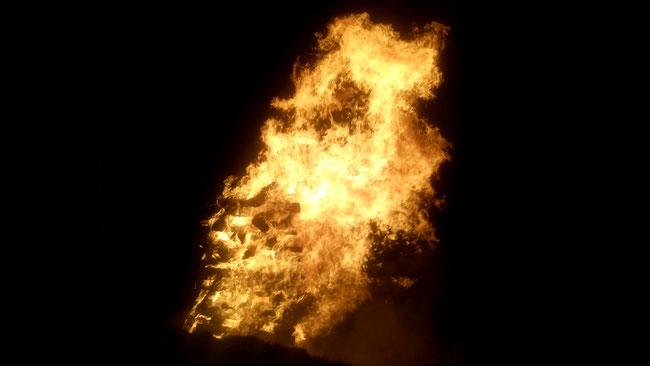 Das Feuer frisst die Klafterscheite