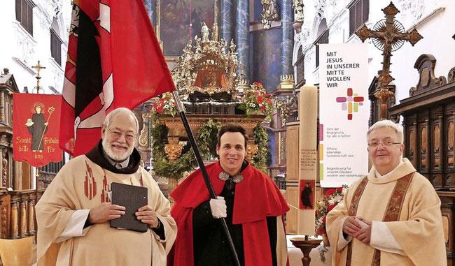Br. Fidelis, Fähnrich Fridolin Landolt, Dekan Münsterpfarrer Peter Berg, im Hintergrund der gewaltige Fridolinsschrein. (Foto: Michael Gottstein)