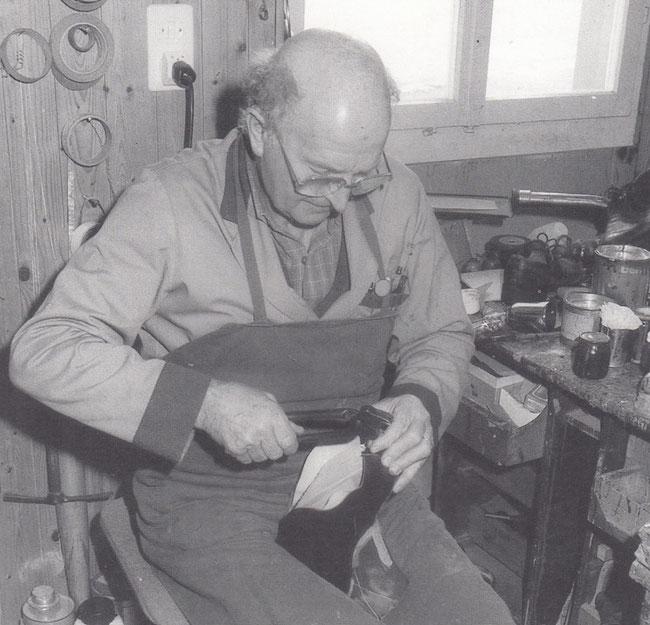 Pius Flepp im Element beim Kreieren eines Schuhs (Foto: Fam. Flepp)