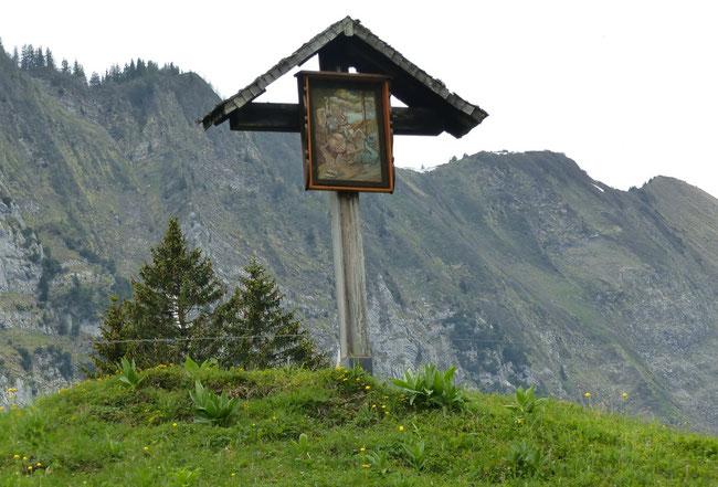 Auf einer kleinen Anhöhe steht das Wegkreuz mit der erneuerten Tafel für St. Georg, den Drachentöter im Schwändital.