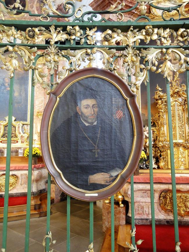 Acht Porträts von Fürstäbten werden zur Jahrzeit eigens ins Kloster gebracht und am Gitter gezeigt.