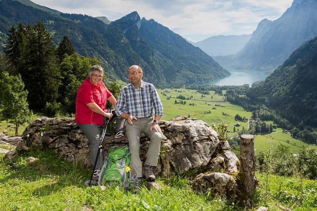 Chäpp wie er leibt und lebt, mit Ehefrau Franziska im Klöntal. Möge er auch weiterhin der Arbeit als Regierungsrat Mussestunden in der herrlichen Glarner Natur abgewinnen können. (Foto: zvg)