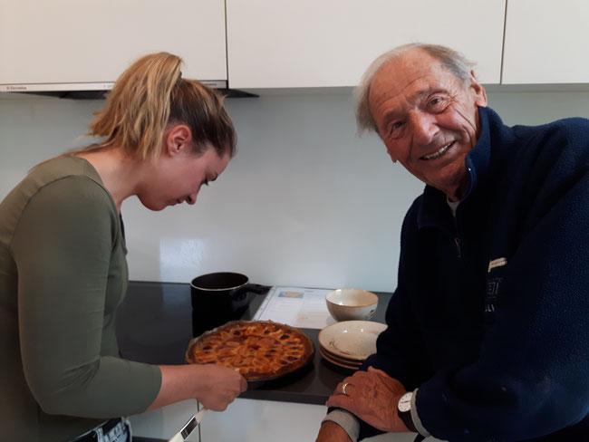 Willis letzter Aprikosenkuchen. Am Tag vor seiner Operation backte er mit seiner Enkelin noch einen leckeren Aprikosenkuchen. Das allerletzte Bild von Willi. (Foto: Karin Küng)