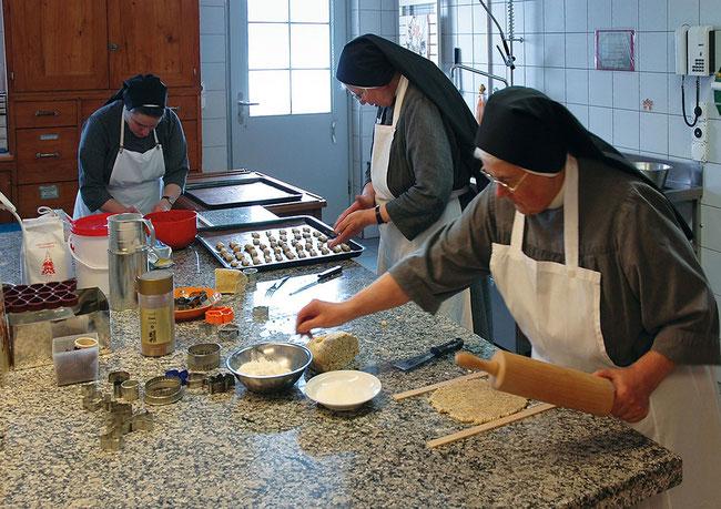 Srn. Regula, Angelika und Christina beim Guetzlen. (Fotos: http://www.kloster-au.ch/entry/wie-werde-ich-benediktinerin)