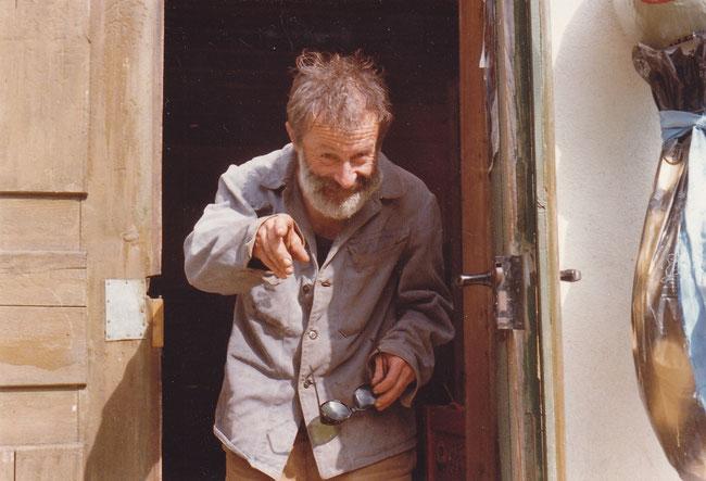 """""""Schtai-Sepp"""" am Eingang meiner Ferienhütte auf Sulzboden. Verschmitzt, witzig, eben wie er in seinen guten Zeiten war. (Foto: Eigenaufnahme)"""