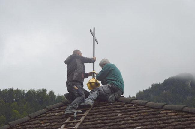 Anbringen der Kuppel und des Kreuzes durch die Herren Fischli (Fischli Bedachungen AG) auf dem restaurierten Turmzimmer-Gebäude (Foto: Franziskanerkloster)