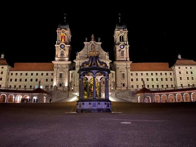 """Die imposante Klosterwestfront in neuem Licht. Auch die Arkaden mit den Verkaufsständen der """"Ständligurren"""" erhalten LED-Lichtketten. (Bild: Kloster Einsiedeln)"""