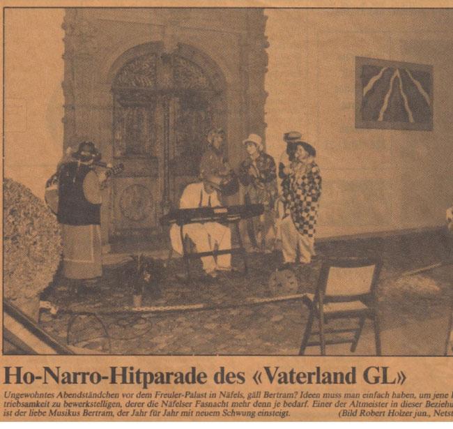 """Pressebild vom 24. Februar 1988 """"Vaterland-Glarus"""": Bertram Hauser am Keyboard mit Tropenhelm und weissem Anzug vor dem Freulerpalast Näfels. (Archiv: Bertram Hauser)"""