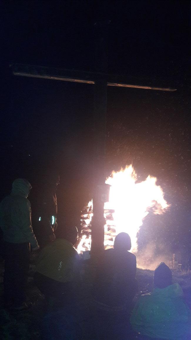 Es ist vollbracht? Das Feuer brennt und grüsst das Dorf Näfels zu Ehren der Kreuzbauer von 1958 (Fotos: Daniel Landolt)