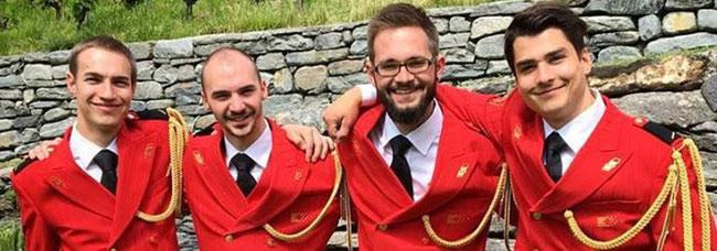 """Sie lachen um die Wette... schneidige Uniformen in den """"Glarner Farben"""" rot weiss schwarz."""