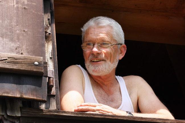 Röbi in seiner geliebten Hütte auf Sulzboden - ein Bild aus glücklichen Tagen. (Bild: Paul Stähli)