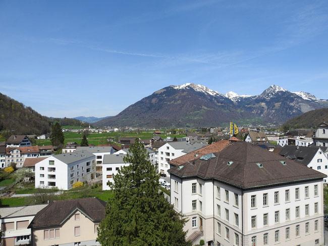 Blick nach Norden: Im Hintergrund Oberurnen und Schàniserberg und Speer.